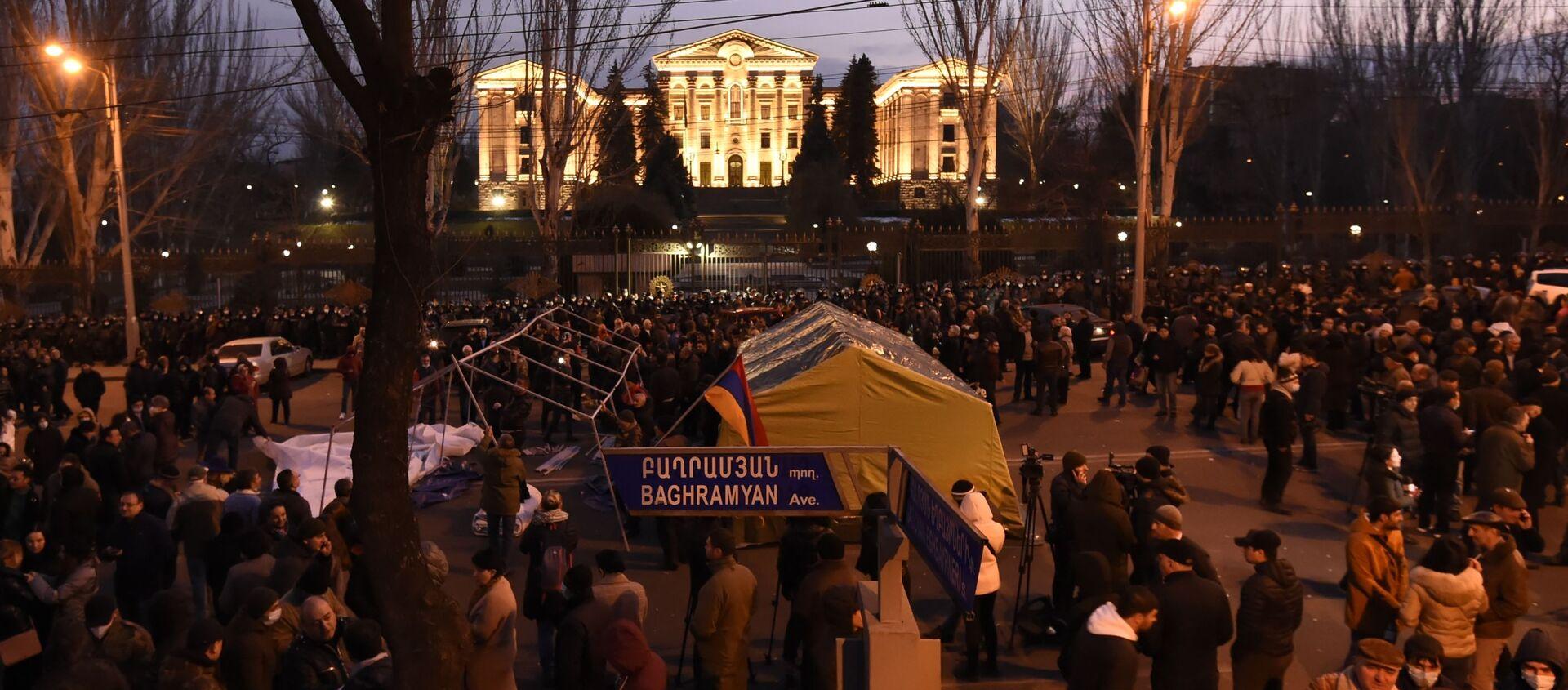 Protestujący wznieśli barykady przed budynkiem parlamentu w Erywaniu - Sputnik Polska, 1920, 26.02.2021