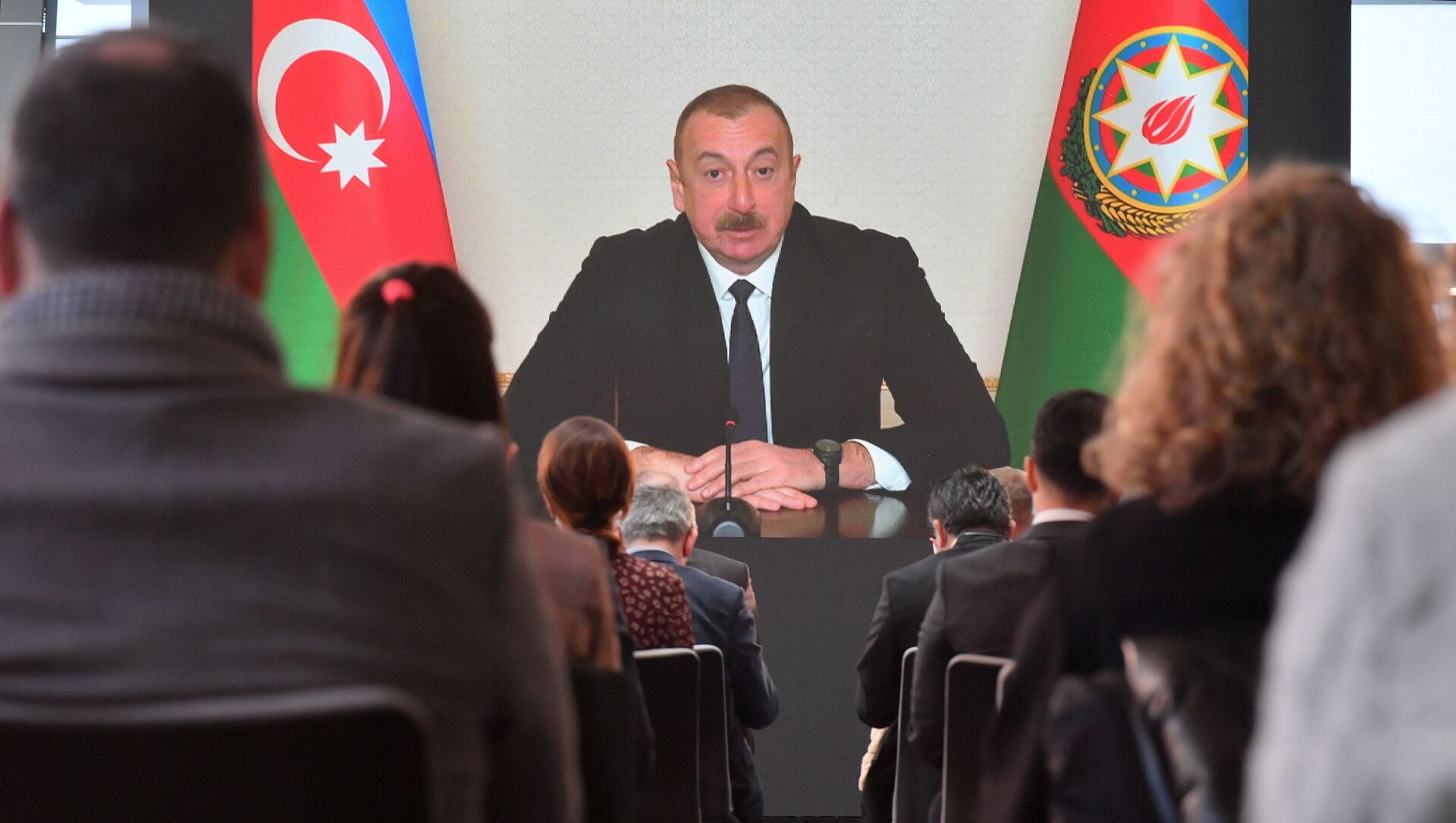 Prezydent Azerbejdżanu Ilham Alijew przemawia na konferencji prasowej dla przedstawicieli lokalnych i zagranicznych mediów podczas telekonferencji w Baku w Azerbejdżanie - Sputnik Polska, 1920, 23.03.2021