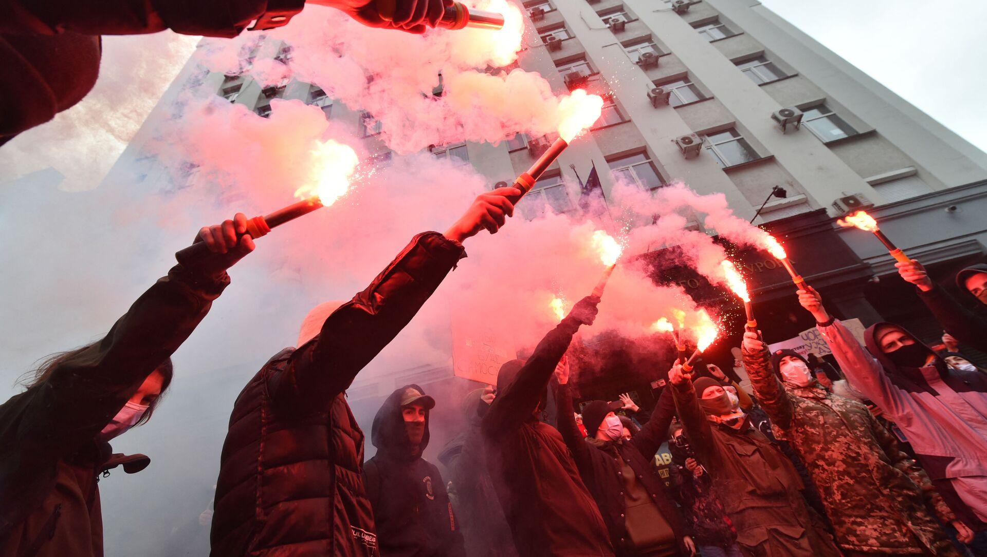 Odpalanie rac podczas protestów radykałów na Ukrainie - Sputnik Polska, 1920, 27.02.2021