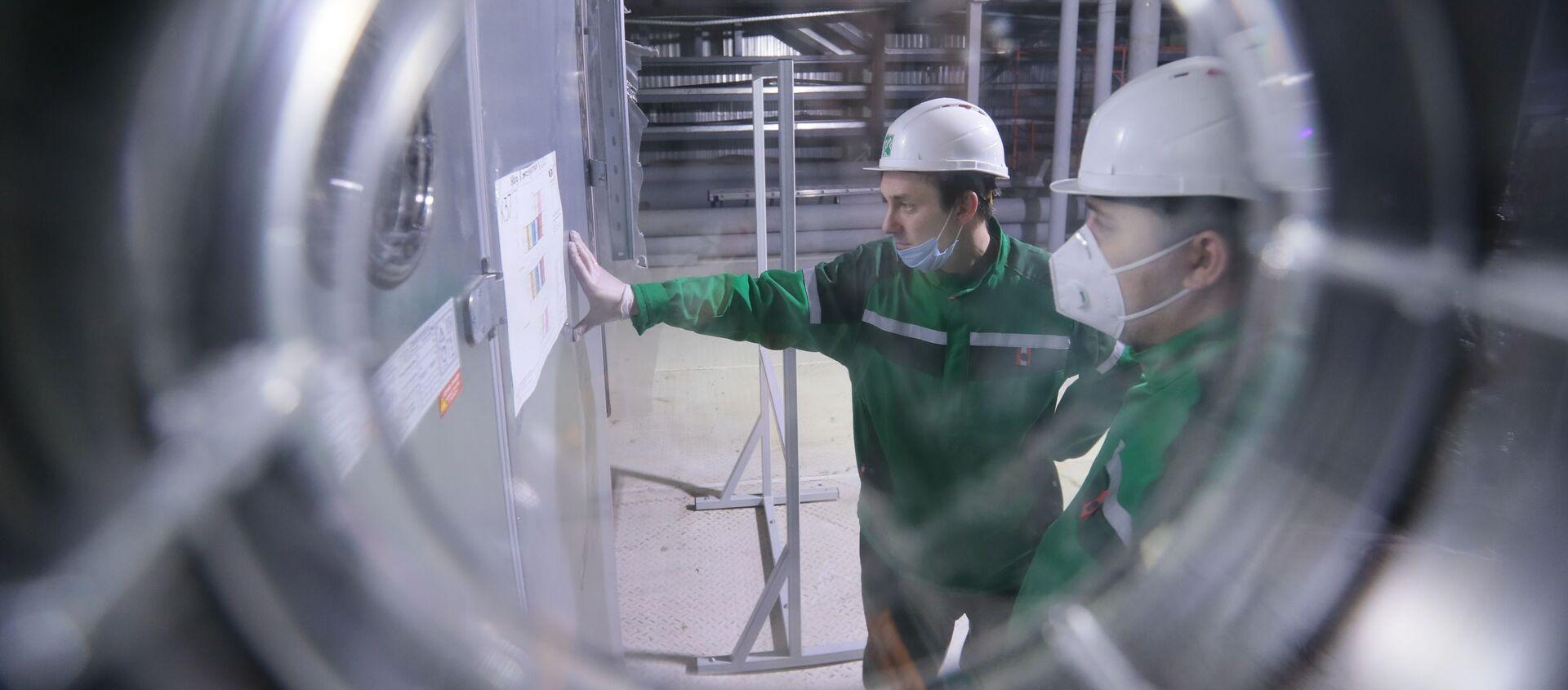 """Pracownicy w trakcie dostosowywania sprzętu i przygotowania przedsiębiorstwa """"R-Pharm"""" w Moskwie do produkcji szczepionki przeciwko COVID-19 - Sputnik Polska, 1920, 05.03.2021"""