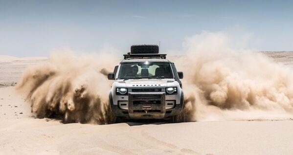 Samochód Land Rover Defender w pustyni w Namibii - Sputnik Polska