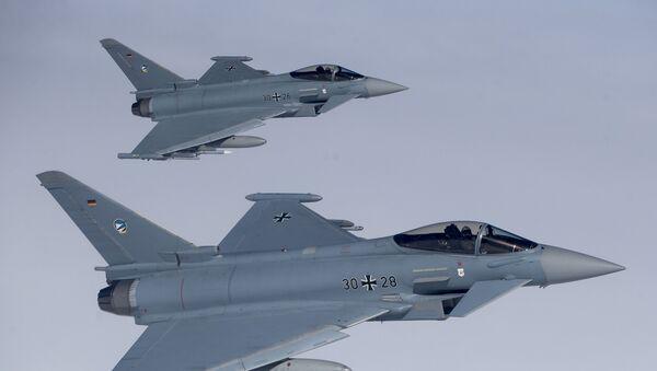 Dwa niemieckie myśliwce Eurofighter Typhoon na niebie nad Litwa - Sputnik Polska
