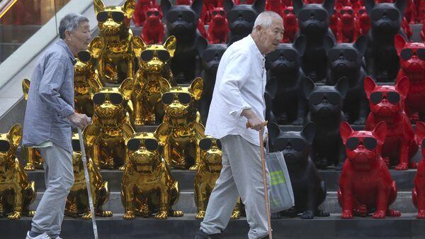 Seniorzy na ulicy w Pekinie w Chinach - Sputnik Polska
