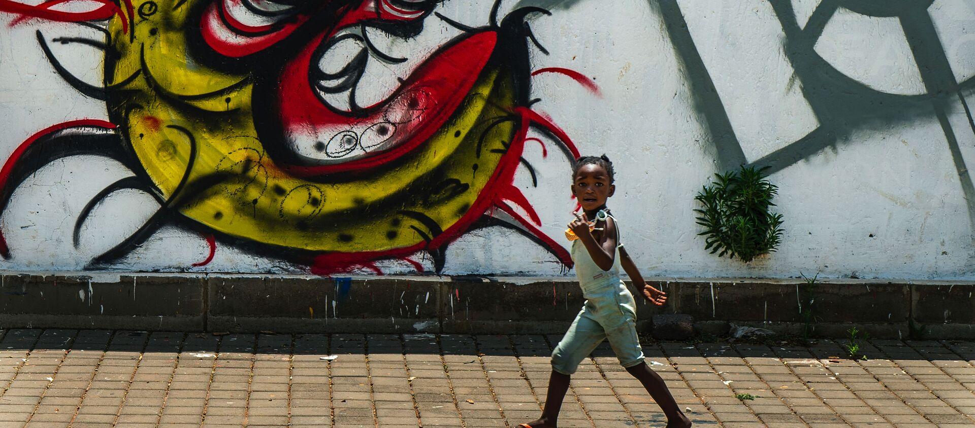 Dziecko z graffiti przedstawiającym COVID-19 w Soweto w RPA - Sputnik Polska, 1920, 10.03.2021