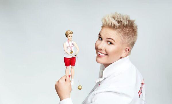 Mistrzyni olimpijska w rzucie młotem Anita Włodarczyk i jej lalka Barbie - Sputnik Polska