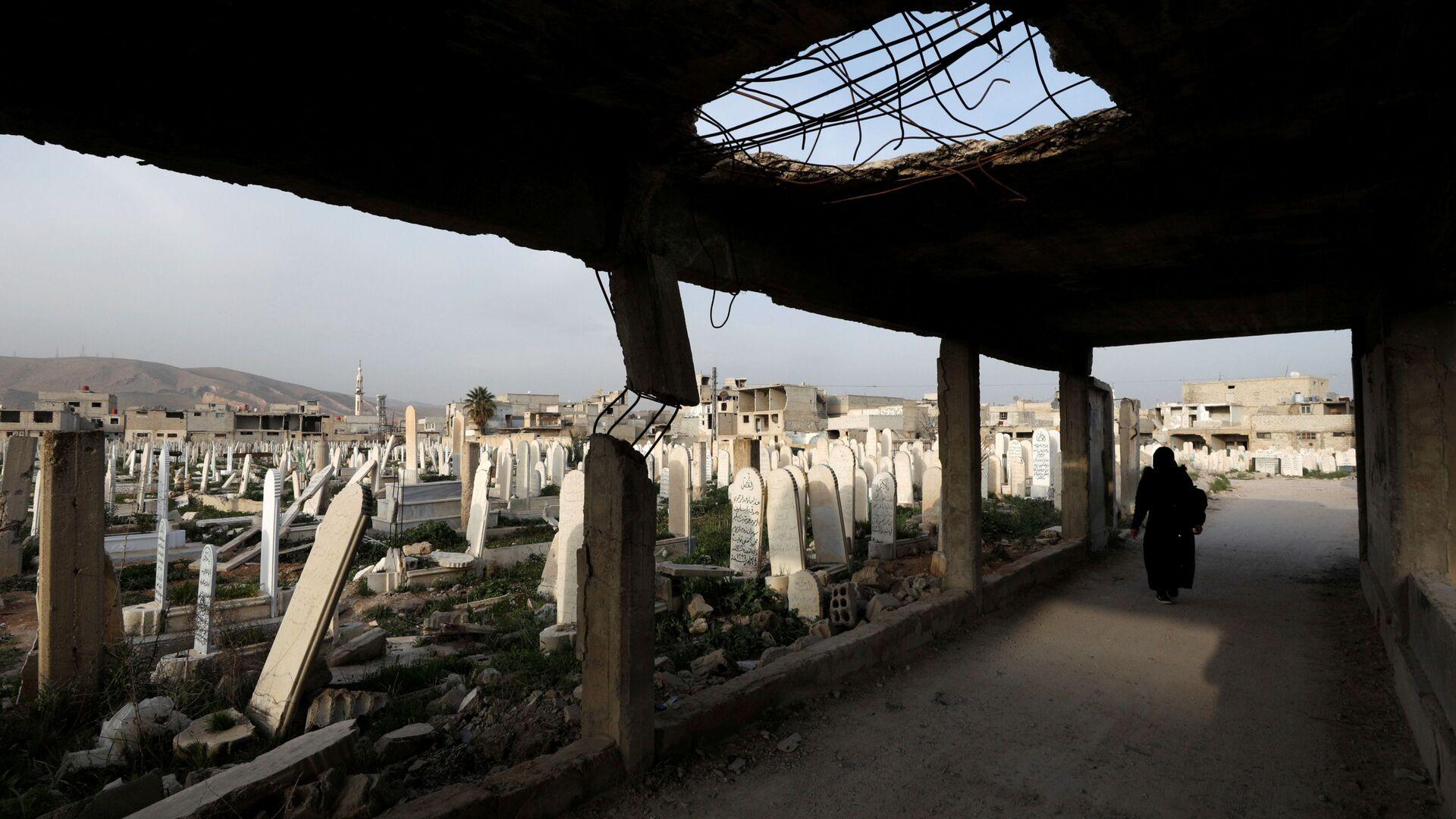 Kobieta idzie na cmentarzu w Dumie, na przedmieściach Damaszku, Syria - Sputnik Polska, 1920, 08.09.2021