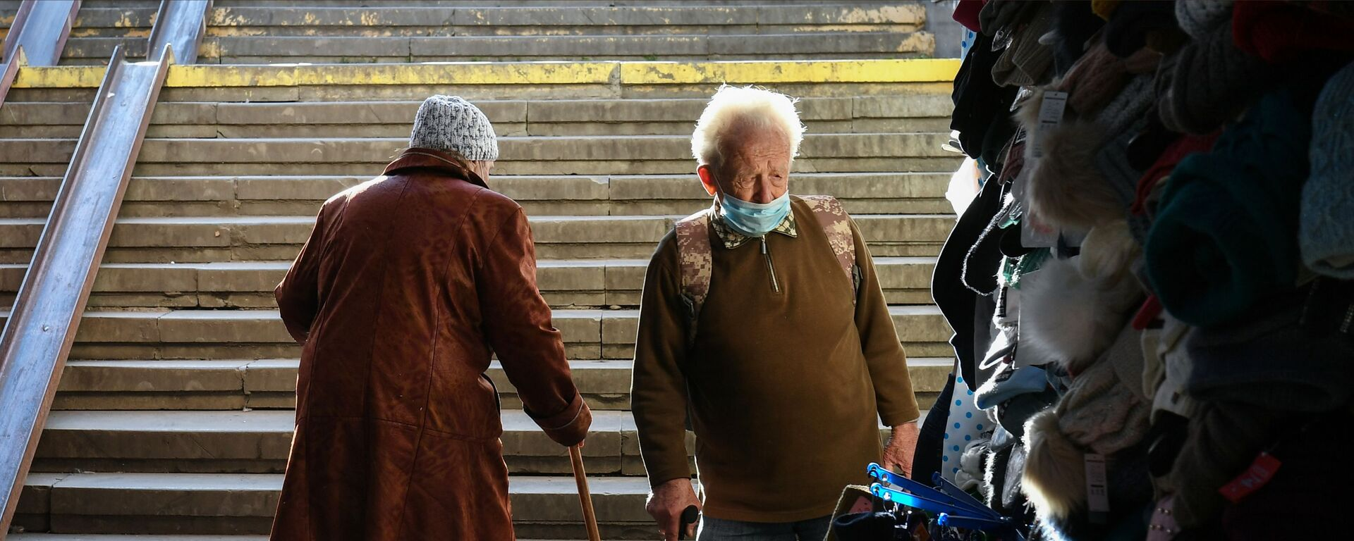 Seniorzy na schodach - Sputnik Polska, 1920, 14.03.2021