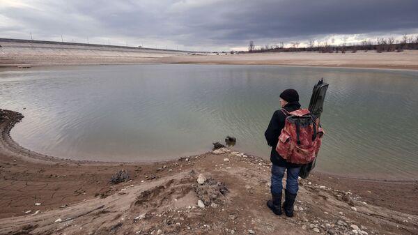 Rybak przy zbiorniku wodnym w regionie Symferopola na Krymie - Sputnik Polska