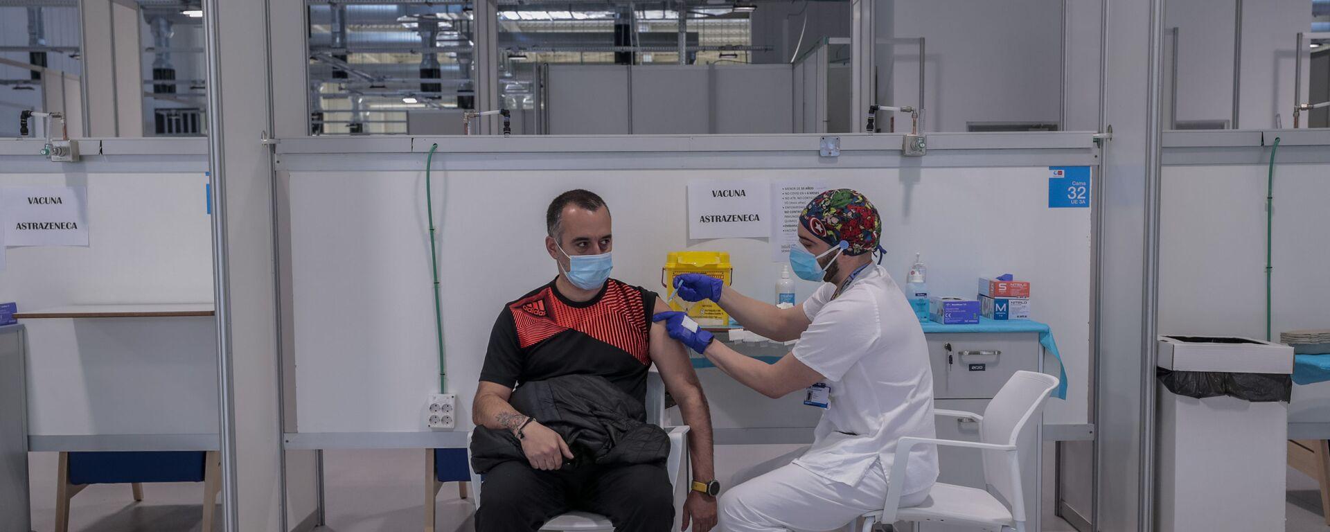 Mężczyzna otrzymuje szczepionkę AstraZeneca w szpitalu w Madrycie - Sputnik Polska, 1920, 23.03.2021