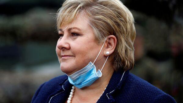 Premier Norwegii Erna Solberg w masce medycznej na brodzie - Sputnik Polska