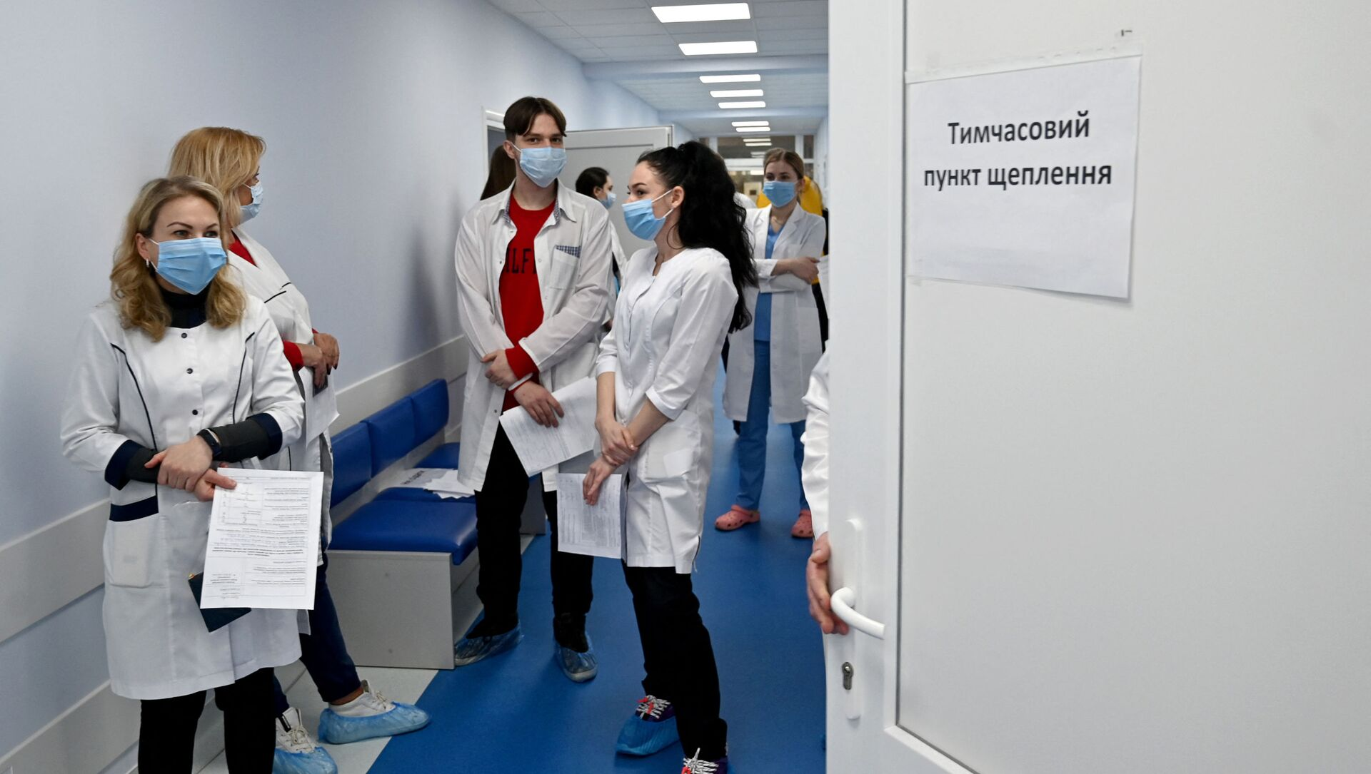 Pracownicy medyczni w kolejce po szczepionkę Oxford/AstraZeneca w szpitalu w Kijowie - Sputnik Polska, 1920, 24.03.2021
