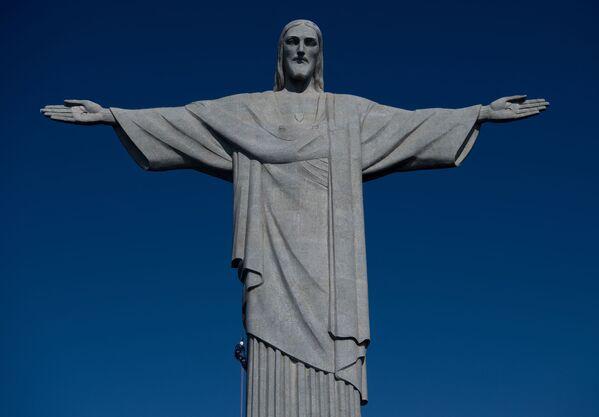 Pracownik budowlany schodzi ze Statui Chrystusa Zbawiciela w Rio de Janeiro - Sputnik Polska
