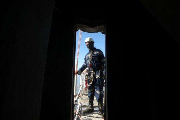 Pracownik budowlany przygotowuje się do wejścia na Statuę Chrystusa Zbawiciela - Sputnik Polska