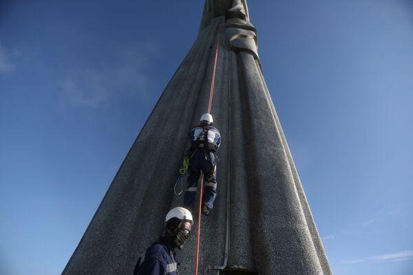 Pracownicy budowlani w czasie restauracji Statui Chrystusa Zbawiciela w Rio de Janeiro, Brazylia - Sputnik Polska