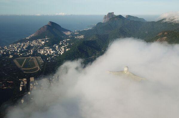 Widok na Statuę Chrystusa Zbawiciela w Rio de Janeiro w czasie restauracji - Sputnik Polska