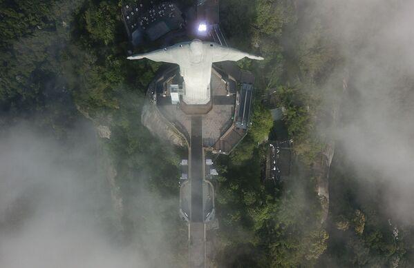 Widok z góry na Statuę Chrystusa Zbawiciela w Rio de Janeiro w czasie jej restauracji - Sputnik Polska