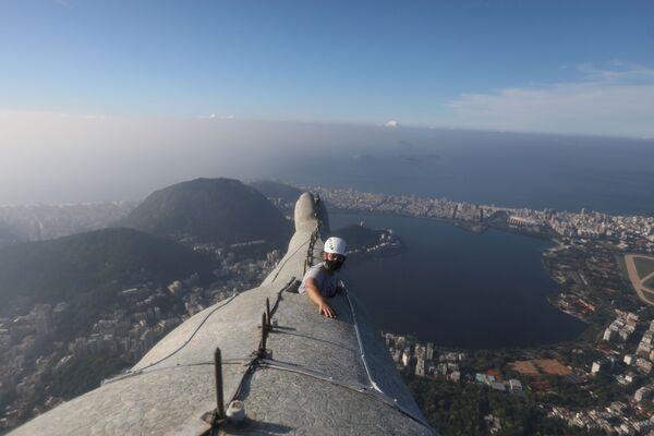 Architekt Cristina Ventura, odpowiedzialna za restaurację Statui Chrystusa Zbawiciela w Rio de Janeiro sprawdza rękę monumentu - Sputnik Polska