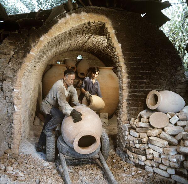 Wykonywanie specjalnych glinianych słoików kwewri, w których Gruzini tradycyjnie przechowują wino - Sputnik Polska
