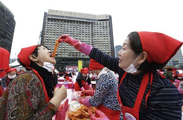 Kobieta próbuje kimchi podczas festiwalu kimchi w Seulu w Korei Południowej - Sputnik Polska