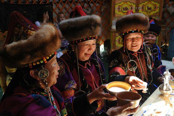 Kobiety piją kumys w tradycyjnej buriackiej jurcie we wsi Aginskoje w Kraju Zabajkalskim - Sputnik Polska