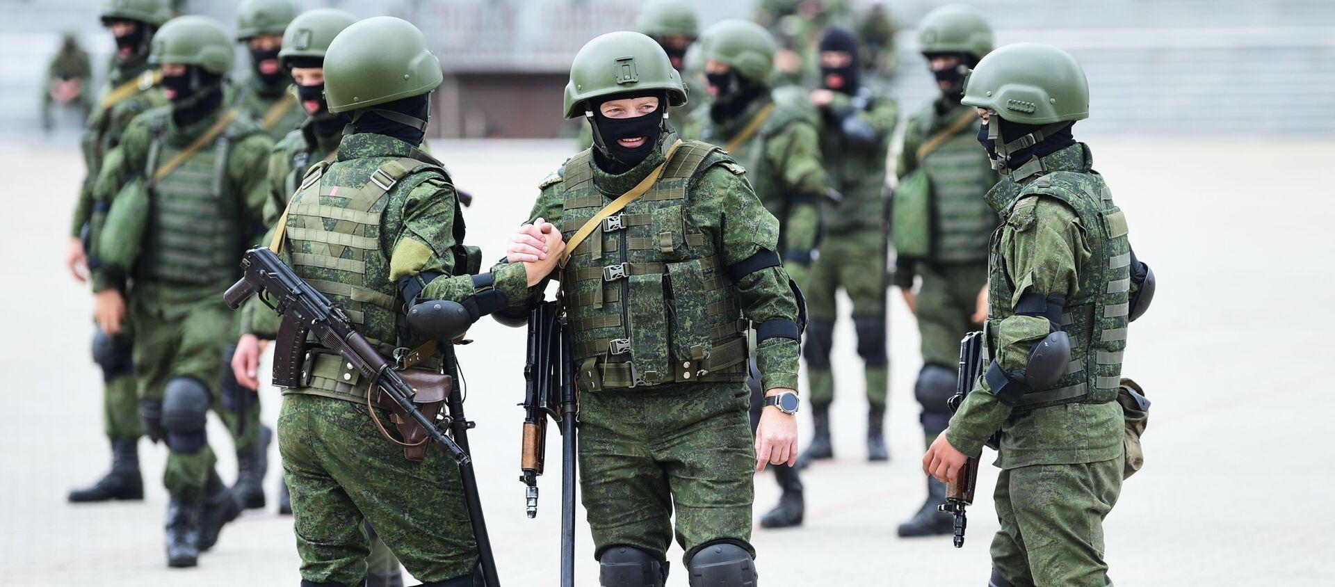 Funkcjonariusze struktur siłowych przed rozpoczęciem nielegalnych akcji protestacyjnych w Mińsku. - Sputnik Polska, 1920, 27.03.2021