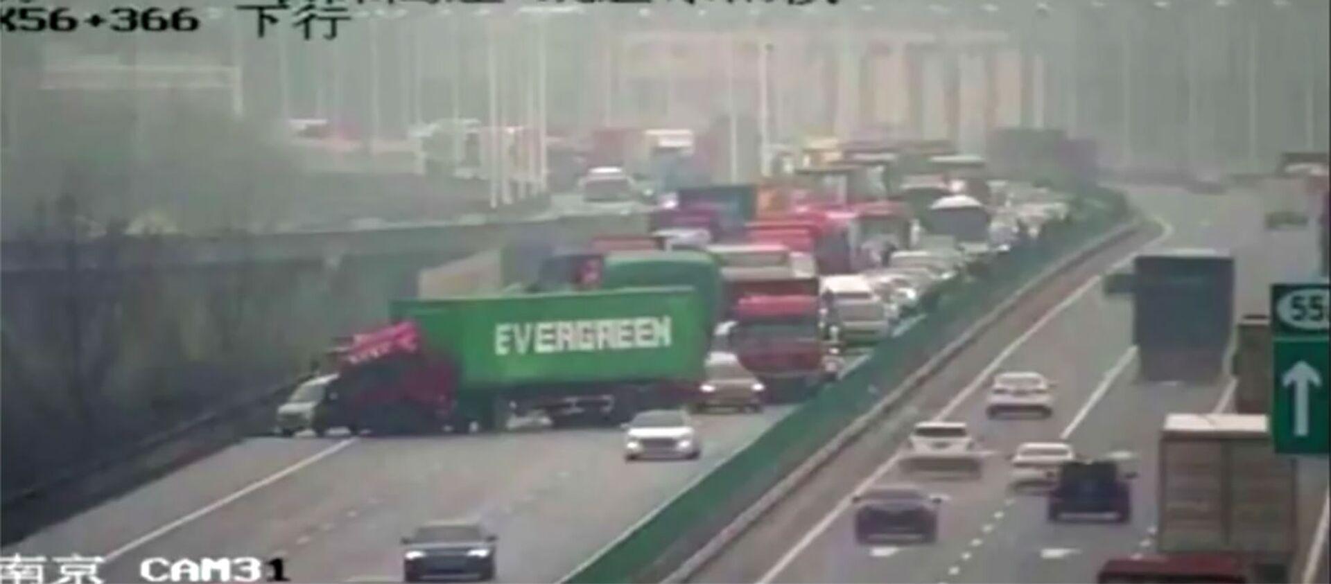 W Chinach ciężarówka z kontenerem firmy Evergreen zablokowała ruch na drodze. - Sputnik Polska, 1920, 28.03.2021