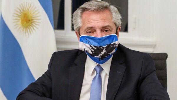 Prezydent Argentyny Alberto Fernandez w masce - Sputnik Polska