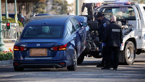 Niezidentyfikowany sprawca staranował samochód oficerów ochrony Kongresu USA w pobliżu punktu kontrolnego - Sputnik Polska