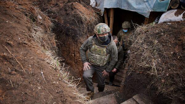 Prezydent Ukrainy Wołodymyr Zełenski wizytuje oddziały sił zbrojnych w Donbasie. - Sputnik Polska