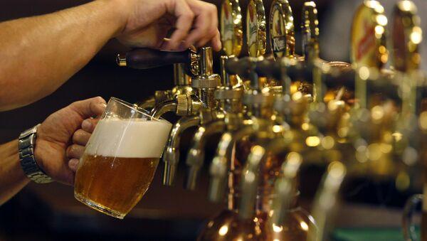 Barman nalewa piwo w czeskim Pilźnie - Sputnik Polska