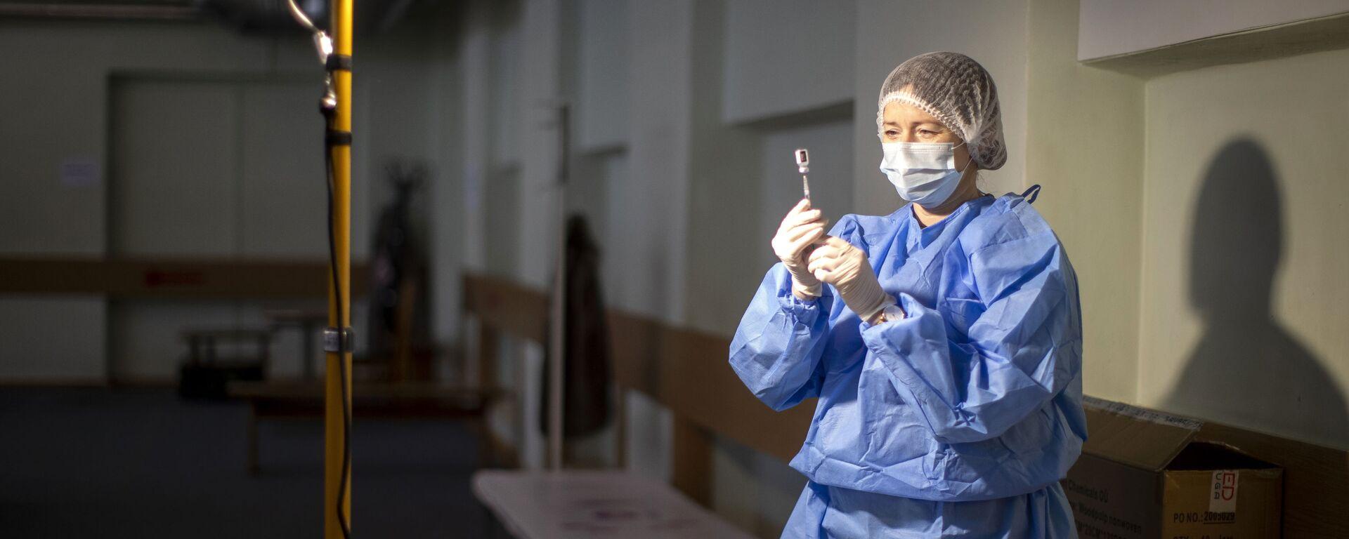 Litewski pracownik medyczny przygotowuje szczepionkę przeciwko koronawirusowi - Sputnik Polska, 1920, 01.05.2021