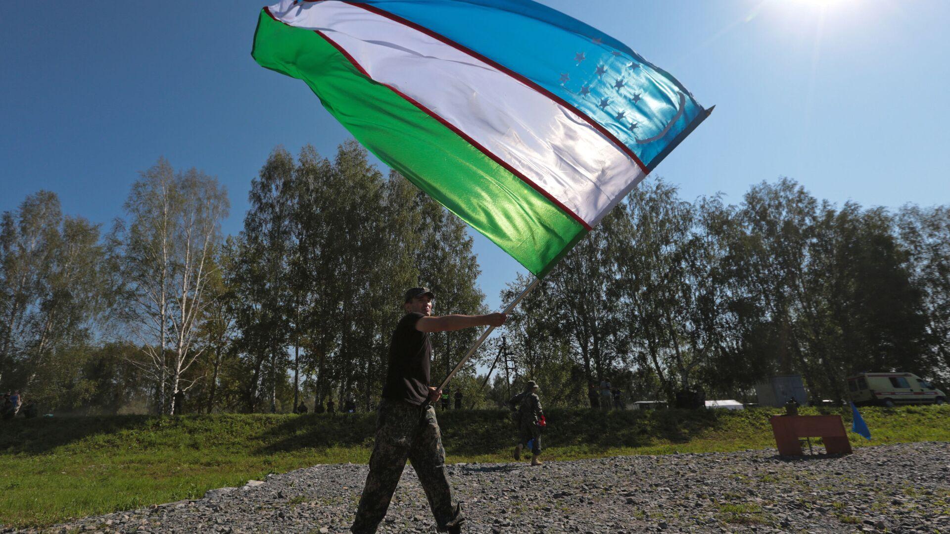 Żołnierz z flagą Uzbekistanu - Sputnik Polska, 1920, 12.09.2021