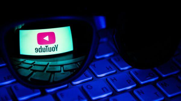 Odbicie w soczewce logo hostingu wideo YouTube - Sputnik Polska