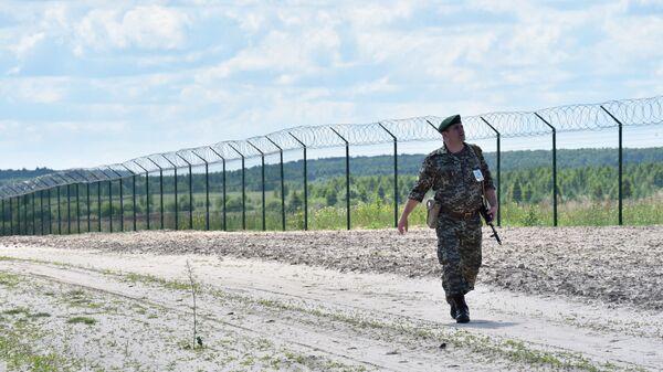 Ukraińska straż graniczna przy płocie na przejściu granicznym Senkowka - Sputnik Polska