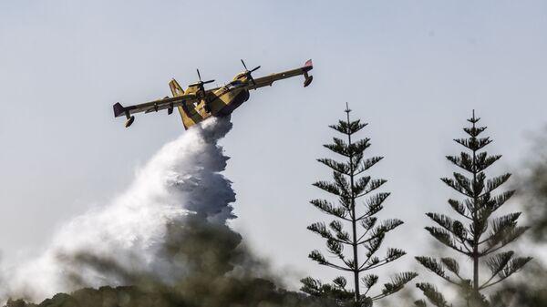 Gaszenia potężnego pożaru lasu w Grecji. - Sputnik Polska