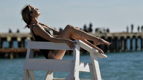 Dziewczyna na plaży na Krymie - Sputnik Polska