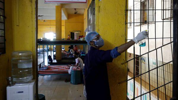 Dezynfekcja pomieszczenia do leczenia pacjentów z COVID-19 w Bombaju - Sputnik Polska
