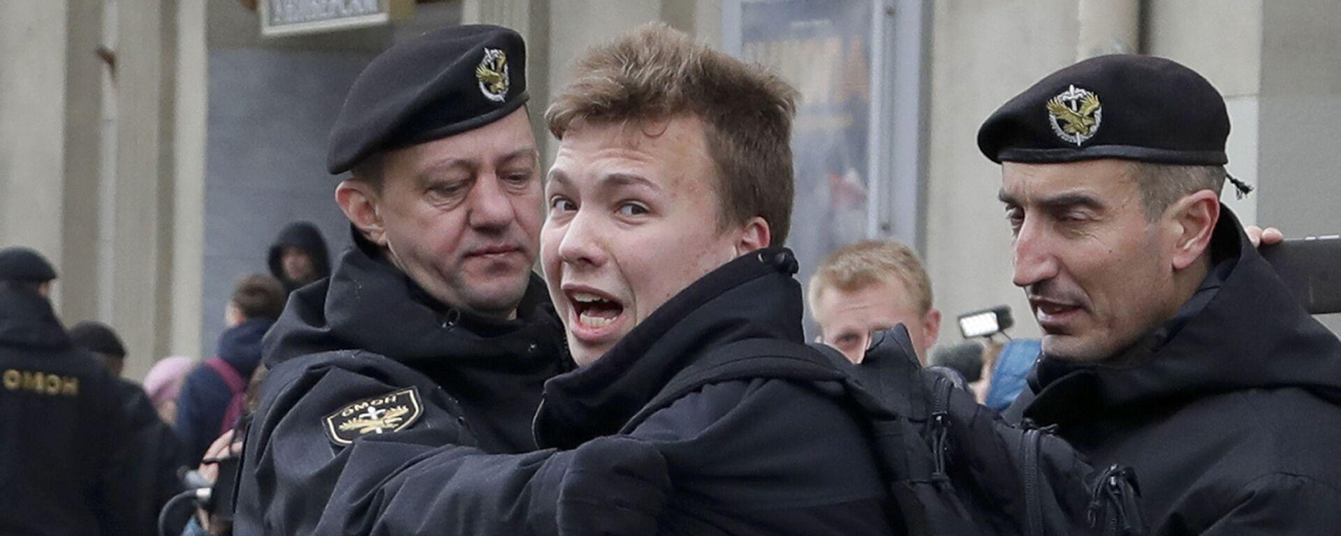 Policja zatrzymuje dziennikarza Ramana Pratasiewicza w Mińsku, Białoruś - Sputnik Polska, 1920, 11.08.2021