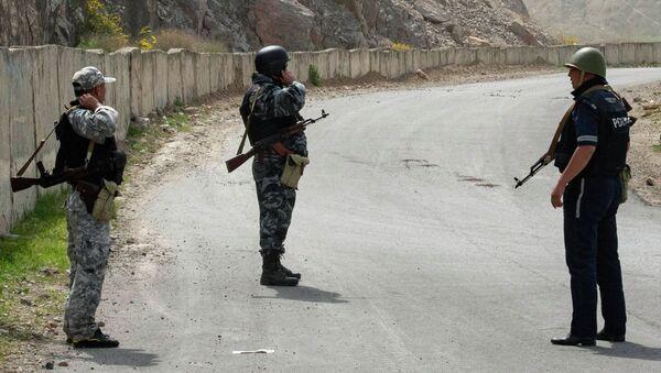 Kirgiscy żołnierze i funkcjonariusze policji na terenie wsi Kok-Tasz na granicy Kirgistanu i Tadżykistanu. - Sputnik Polska