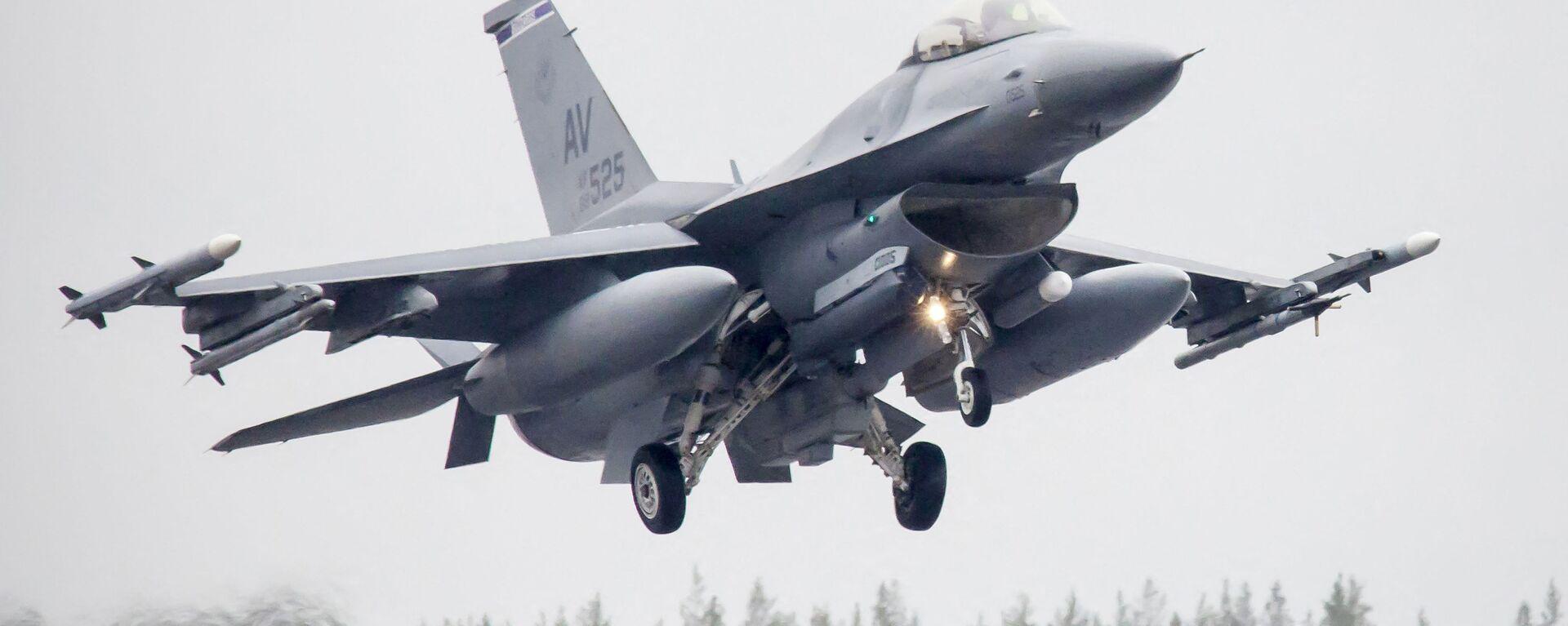 Amerykański myśliwiec F-16CM Fighting Falcon podczas ćwiczeń Arctic Challenge w Szwecji - Sputnik Polska, 1920, 08.07.2021