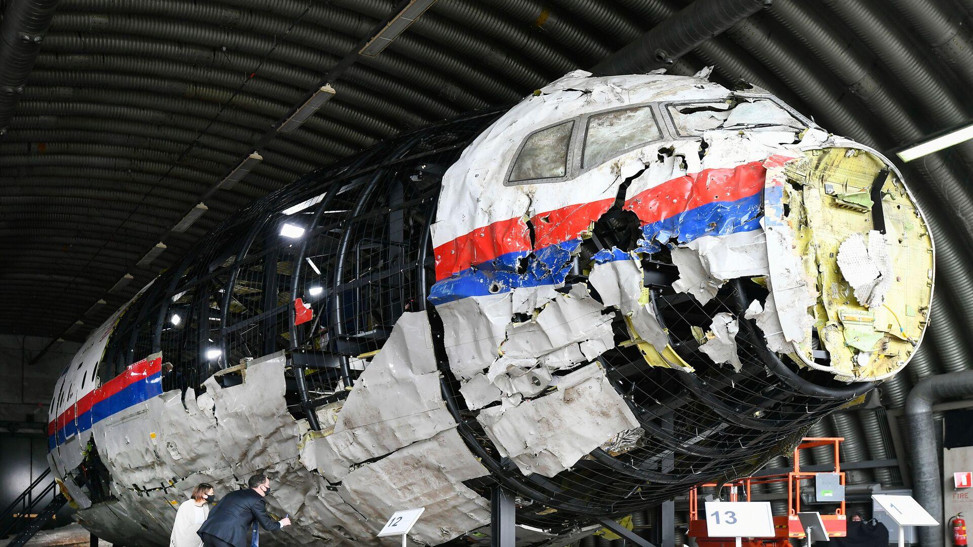 Zrekonstruowany wrak lotu MH17 Malaysia Airlines w bazie lotniczej Gilse-Reyen w Holandii - Sputnik Polska, 1920, 17.06.2021