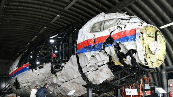 Zrekonstruowany wrak lotu MH17 Malaysia Airlines w bazie lotniczej Gilse-Reyen w Holandii - Sputnik Polska