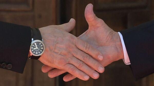 Pierwszy uścisk dłoni prezydentów Rosji i USA w Genewie - Sputnik Polska