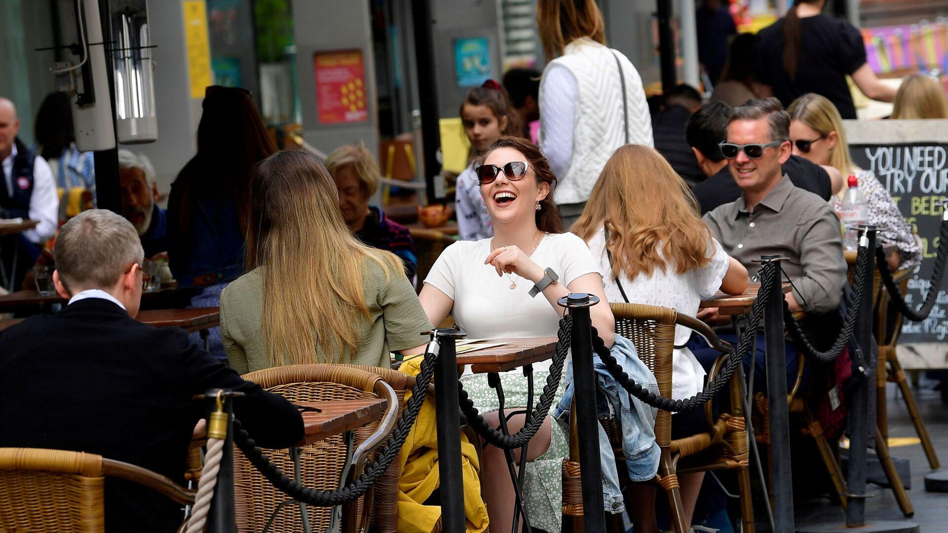 Посетители кафе на улице South Bank в Лондоне, Великобритания - Sputnik Polska, 1920, 11.10.2021