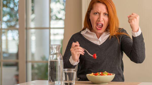 Rozzłoszczona jedząca kobieta  - Sputnik Polska