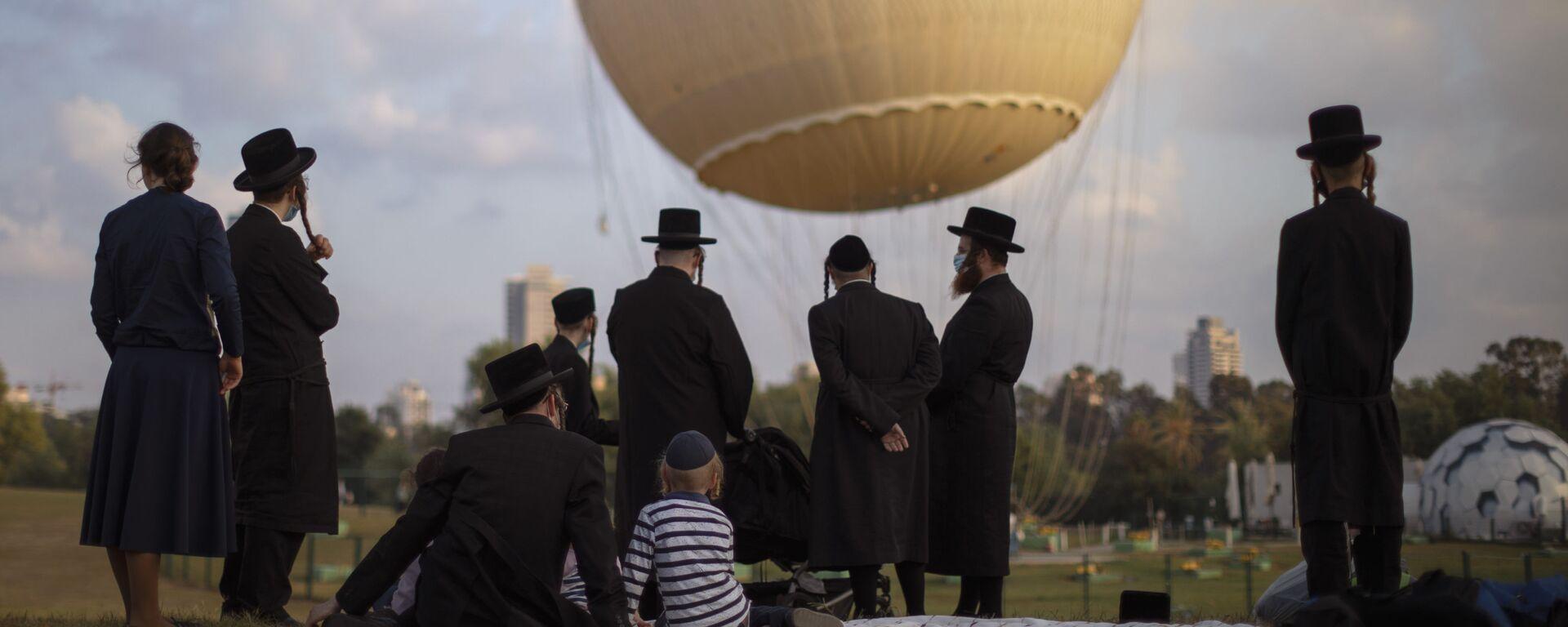 Ortodoksyjni Żydzi w parku w Tel Awiwie - Sputnik Polska, 1920, 15.08.2021