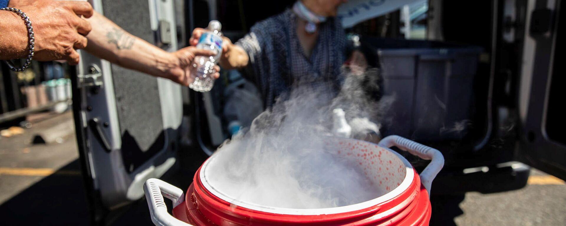 Ludzie używają suchego lodu do chłodzenia wody podczas bezprecedensowego upału w Portland w stanie Oregon w USA - Sputnik Polska, 1920, 01.07.2021