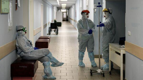 Медицинские сотрудники в коридоре больницы для больных коронавирусом  в роддоме Симферополя - Sputnik Polska