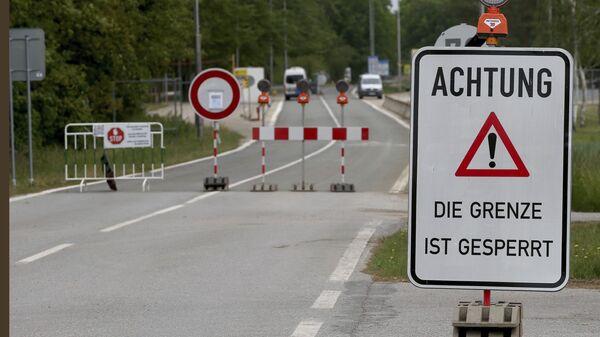 Табличка с надписью «Внимание, граница закрыта» на закрытом пограничном переходе из Австрии в Чешскую Республику недалеко от Рейнталя, Австрия - Sputnik Polska