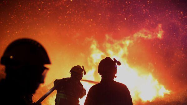Французские пожарные тушат пожар - Sputnik Polska
